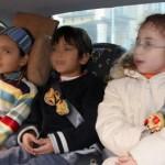 Sentar a los niños en sentido contrario a la marcha y lejos de los 'airbags' es lo más seguro